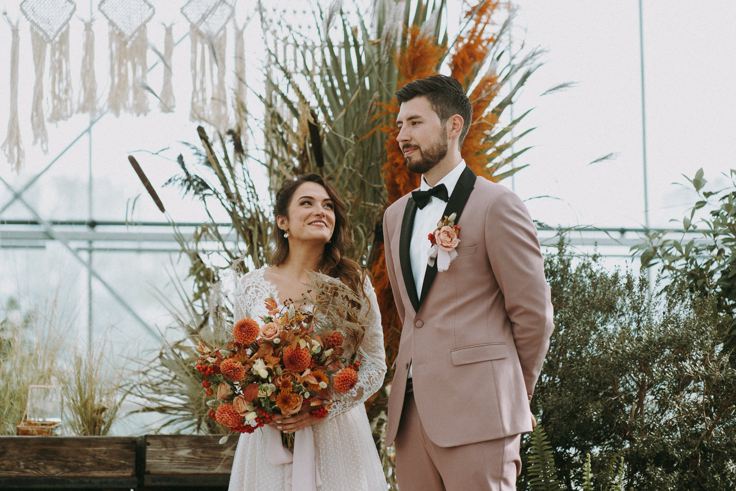 intimate and soulful autumn wedding in restaurant laivas-38