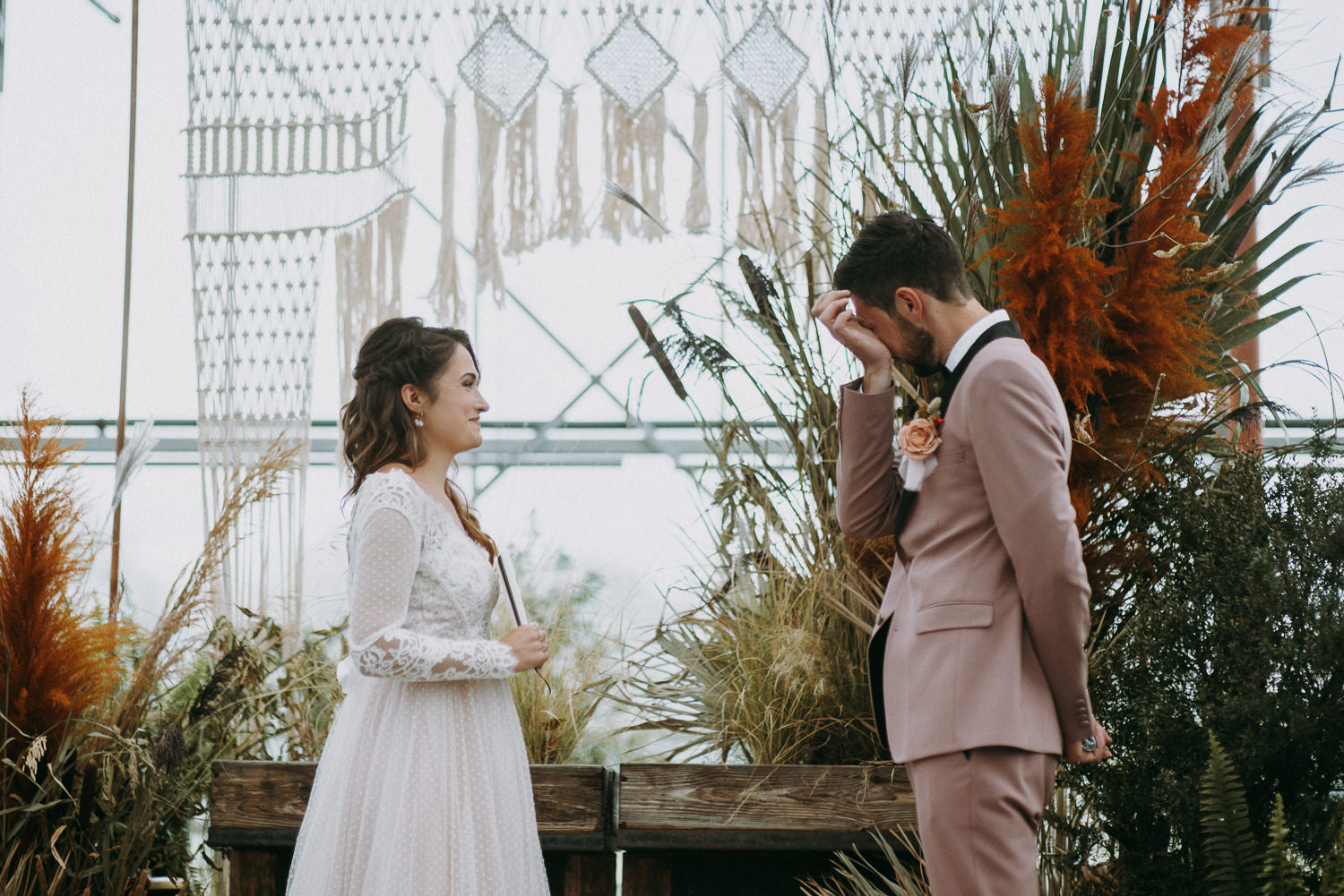 intimate and soulful autumn wedding in restaurant laivas-42